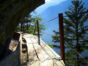 Stege führen am Berg entlang