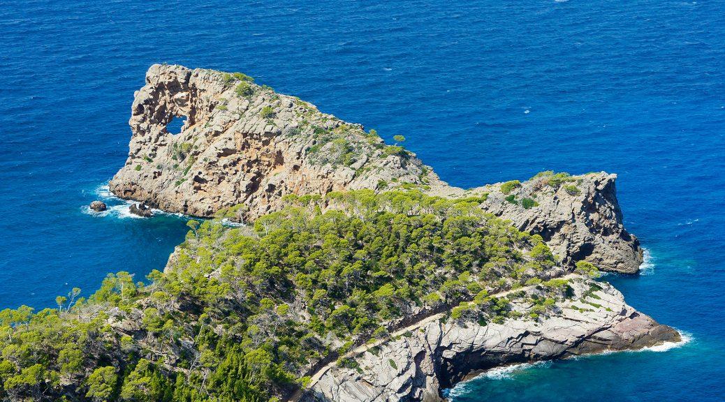 Lochfelsen am Kap Foradada