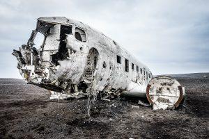 Ein Flugzeugwrack am schwarzen Strand von Island