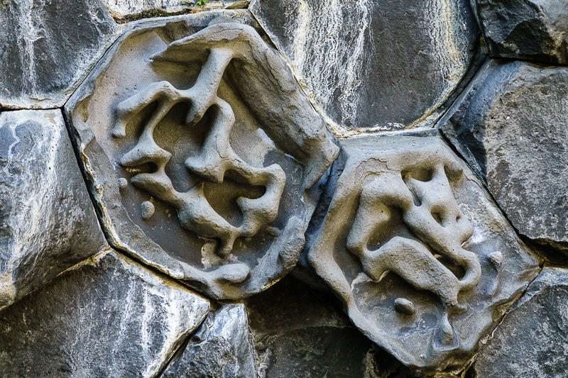 Gesichter aus Basalt am Hljóðaklettar