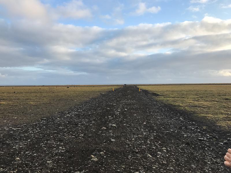 Gut markierter Weg zum Flugzeugwrack