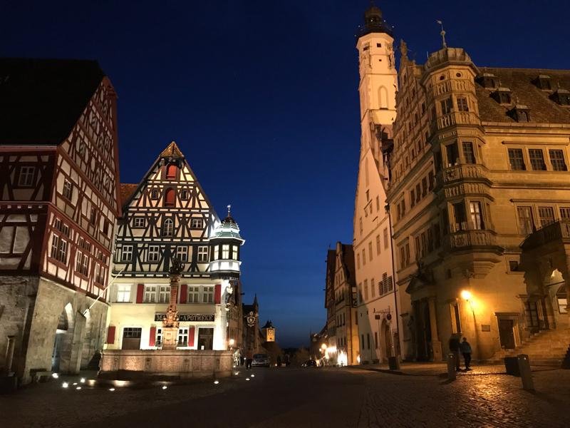 Rathausplatz bei Nacht