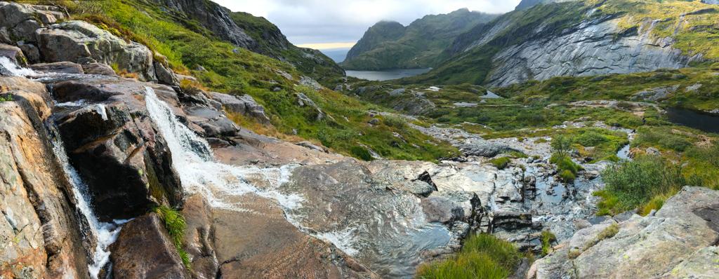 Moorige Landschaft mit vielen Wasserfällen